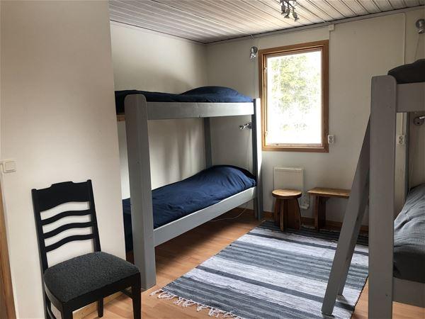 Sovrum med två våningssängar.