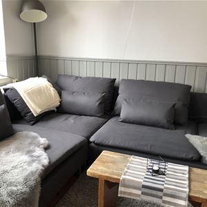 Sällskapsrum med soffa.