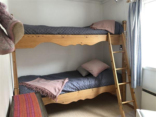 Sovrum med våningssäng i Lillstugan.
