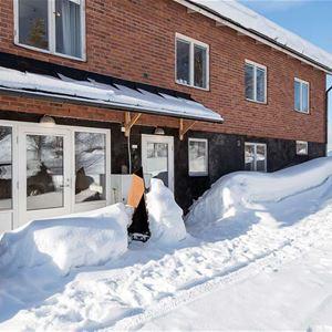 Rätt tegelhus i souterräng. Snö på gården.