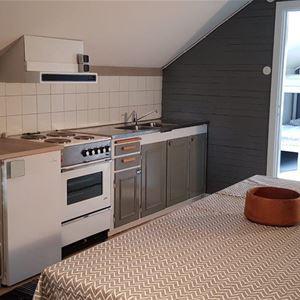 Köksavdelning med stort matbord.