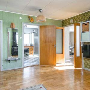 Interiör där man ser in i flera rum från det större uppehållsrummet.