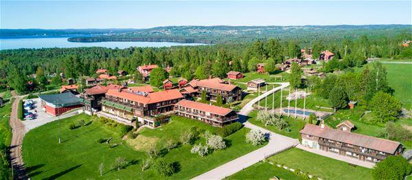 Flygfoto över Green Hotel med Siljan i bakgrunden.
