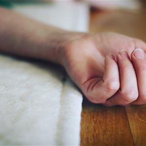 En vilande hand på en filt.