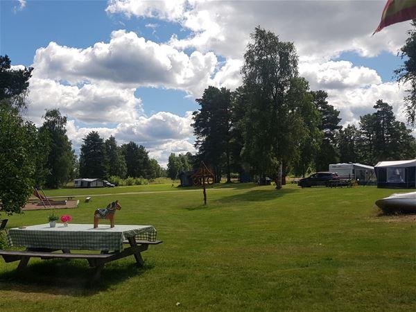 Bord och bänkar med utsikt över campingen.