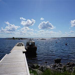 Evelina Widerberg, Gästbrygga med en förtöjd båt vid ön Vitgrund