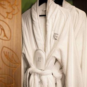 Två vita morgonrockar hänger på varsin galge.