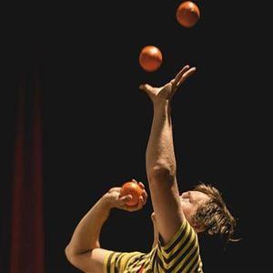 © Ludvika Minicirkus, En person jonglerar med 3 små bollar.