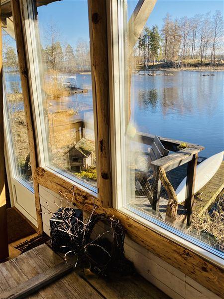 Stora fönster med sjöutsikt.