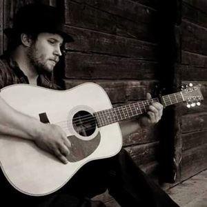 © Copy: https://www.facebook.com/events/498587284818196/?ref=newsfeed, Man som sitter och spelar gitarr