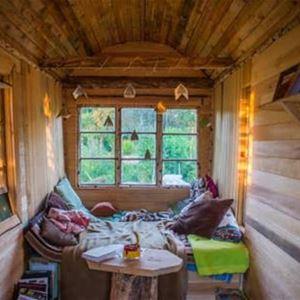 Interiör i ett Tint House med timmerväggar, ljusslingor mm.