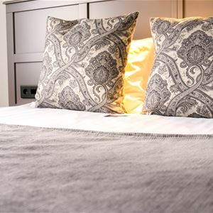 Närbild på kuddar på en säng.