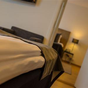 Närbild på en fint bäddad säng.