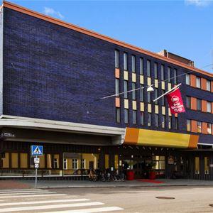 Exteriorbild på Hotel Elektra mitt i centrala Ludvika.