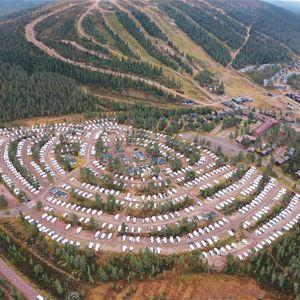 Flygbild över campingen sommartid.