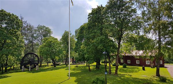 Hotellets trädgård sommartid.