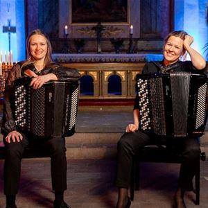 Åsa och Åsa i kyrkan med sina dragspel.
