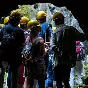A. Fryxell,  © A. Fryxell, Personer som står vid ingång till en gruvtunnel.