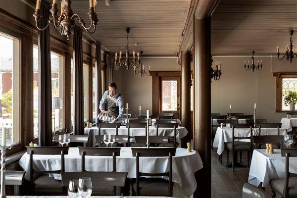 Personal som dukar borden i restaurangen.