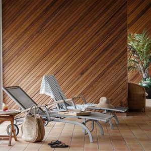 Relaxstolar framför stora fönster och en vägg i trä.