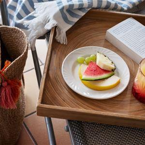 Melon och ett glas juice på en bricka