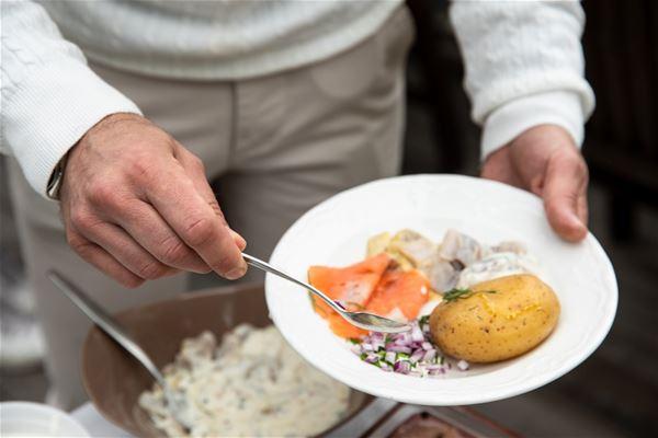 Tallrik med potatis, lax och rödlök.