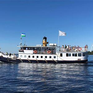 © Copy: https://www.facebook.com/verkoslott/photos , Vit båt ute på vattnet