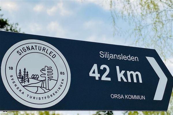 Vägvisare till Siljansleden fyrtiotvå kilometer.