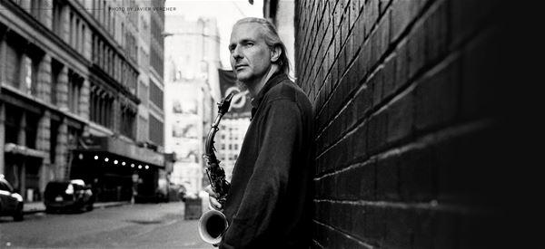 © Copy: http://www.jazzijemtland.se/program/perico-sambeat-quintet-m%C3%B6ter-nordiska-bl%C3%A5sarkvintetten-45448123 , Man med blåsintrument
