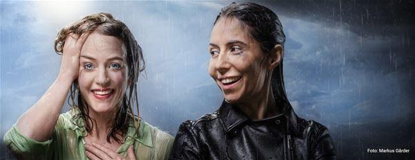 © Copy: https://www.riksteatern.se/forestallningar/straighta-besked/202111101900-94502G , Två kvinnor i regnet