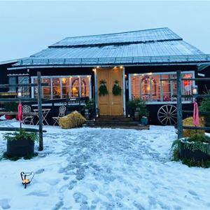 © Copy: https://www.facebook.com/events/249196033755494/?ref=newsfeed, Hus  med stor glasveranda och snö framför på backen