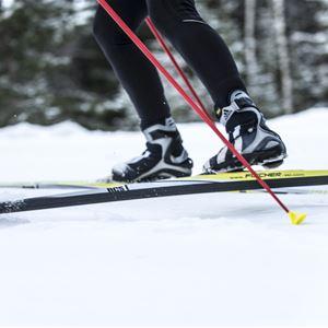 Foto: Göran Strand,  © Copy:, Östersunds kommun, Närbild på längdskidor skor och stavar