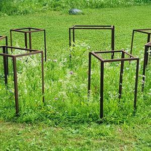 © Copy: http://www.harkekonstcentrum.se/, Smidesfyrkanter på en gräsmattan