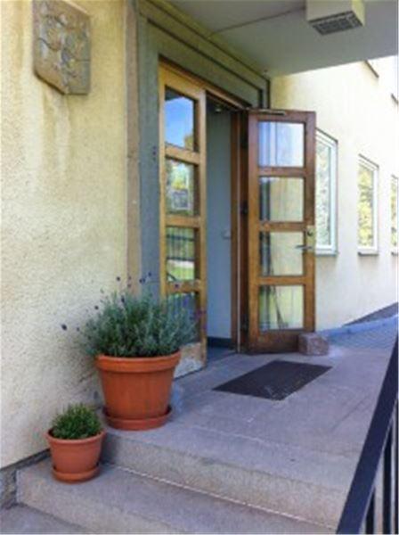 © Copy: Härke konstcentrum, Trappa upp til en öppen entredörr