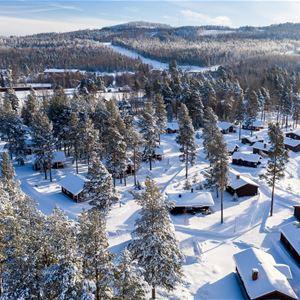 En flygbild över en vintrig camping.