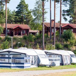 Husvagnar uppställda på Rättviks Camping.
