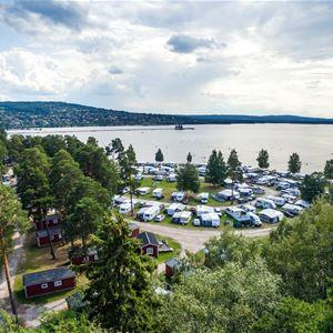 Flygfoto över Siljansbadets Camping i Rättvik.