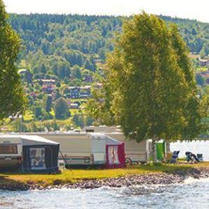 Husvagnar uppställda på Siljansbadets Camping i Rättvik.