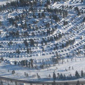 Flygbild över campingen vintertid.