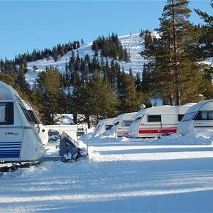 Flera husvagnar uppställda på camping vintertid.