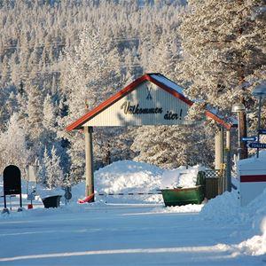 Entrén till campingen i vinterskrud.