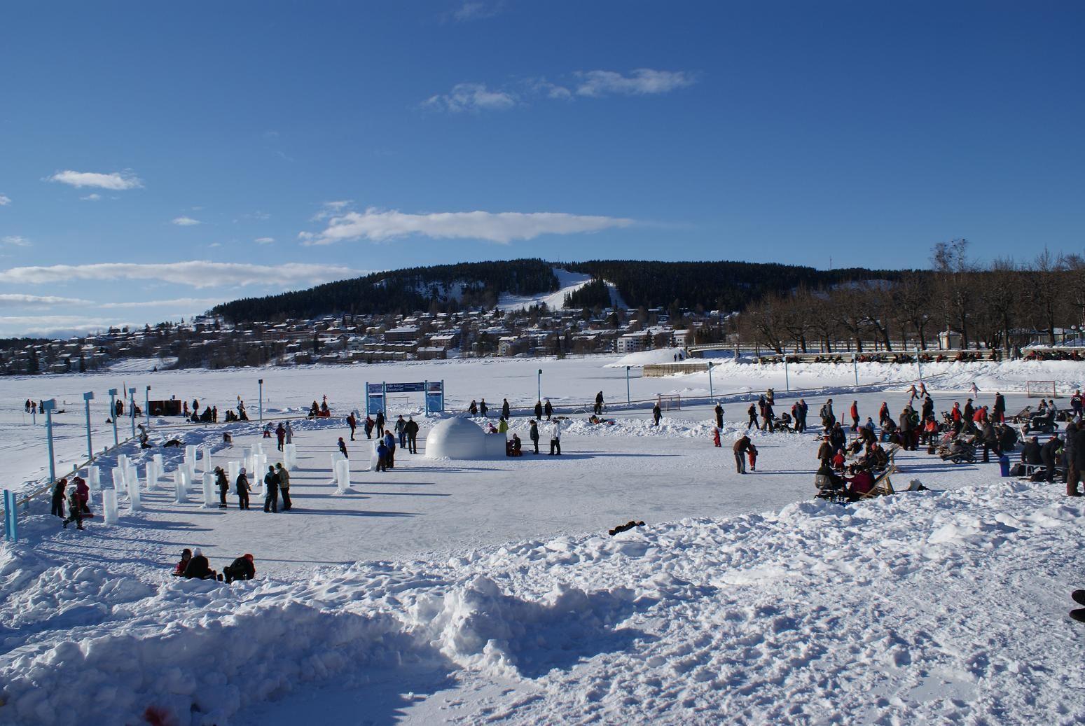Foto: Vinterparken,  © Copy: Vinterparken, Storsjöns is fullt med folk