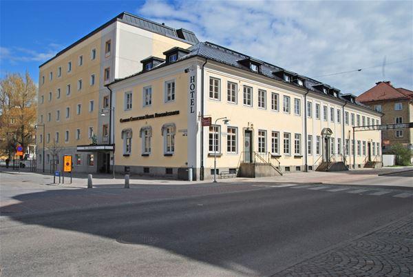 Exteriörbild på hotellet, gul putsad fasad.