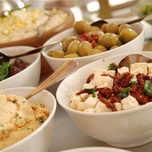 Kvälls buffén, oliver, fetaost, sallad samt olika röror.